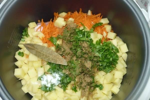 2. Наверх - измельченные овощи и зелень. Картофель лучше резать небольшими кубиками.