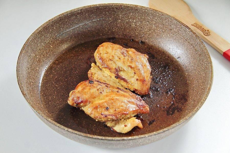 Обжарьте куриную грудку на среднем огне с двух сторон под крышкой до появления румяной корочки.