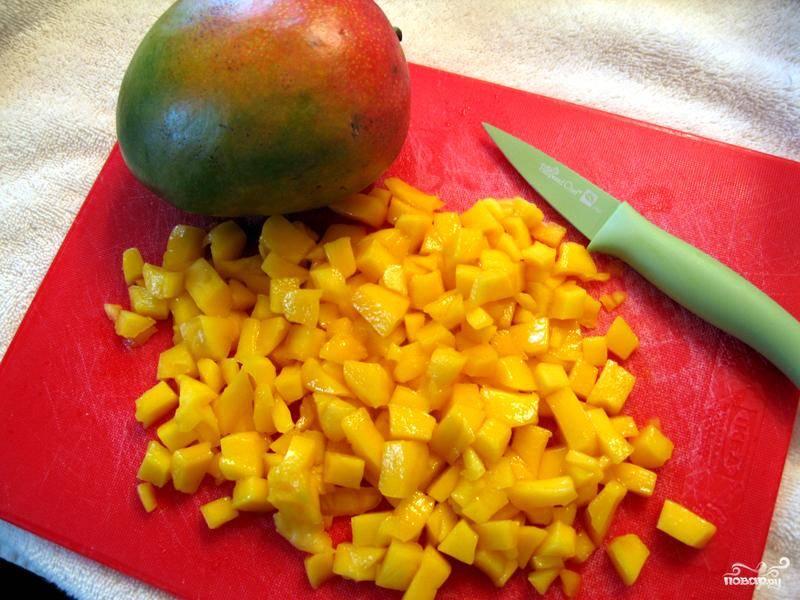 2.Манго нужно очистить от кожуры, вынуть косточку и нарезать средними ломтиками. Для салата больше подойдет манго средней спелости с плотной мякотью.
