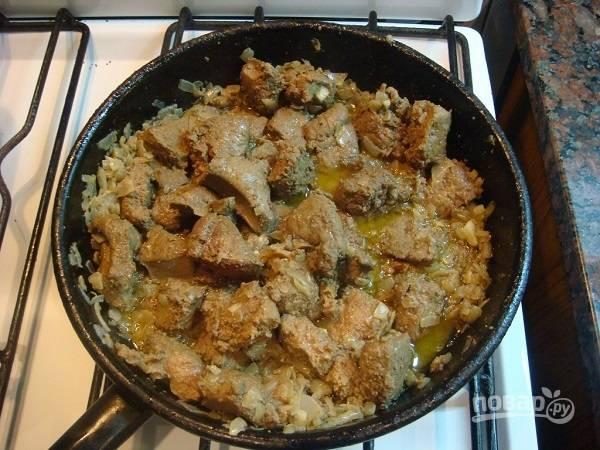 5. Посолите и поперчите по вкусу, добавьте горчицу и вино. На среднем огне обжарьте печень до мягкости.