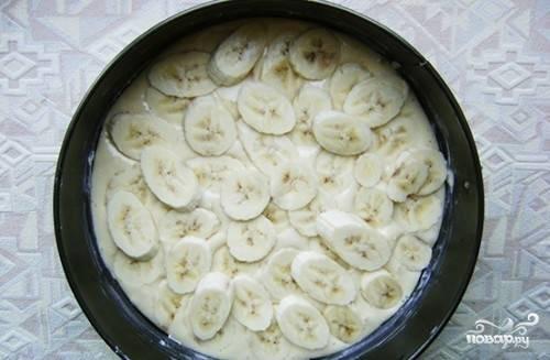 Разогрейте духовку до 180 градусов. Бананы нарежьте кружками. Уложите их на тесто.