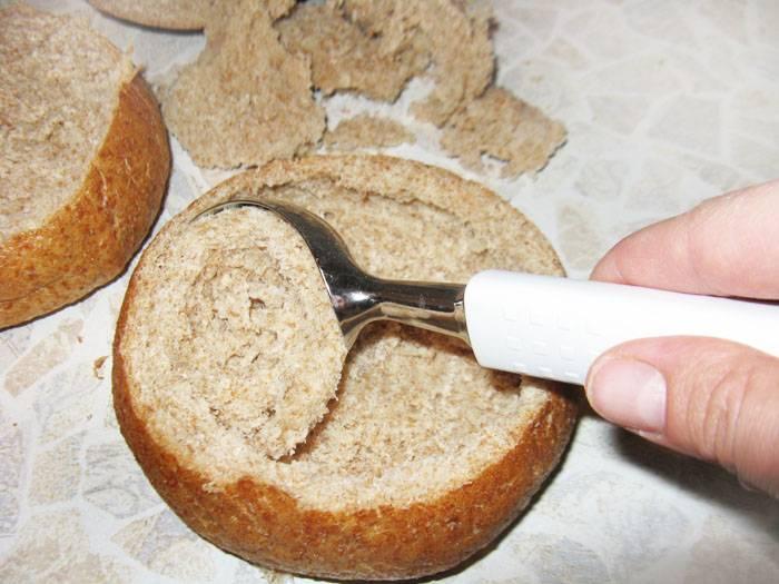 Для этого супа великолепно подойдут булочки из муки грубого помола или с отрубями. Срезаем с них верхушку и ложкой вынимаем мякоть. не нужно выскребать всю мякоть, аж до корки!