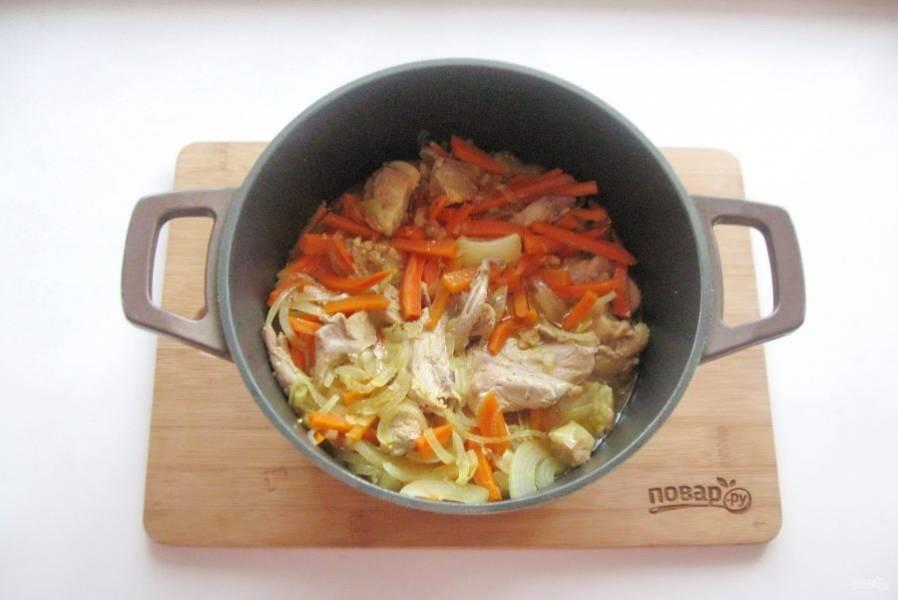 Тушите овощи со свининой и курицей еще 15-20 минут.