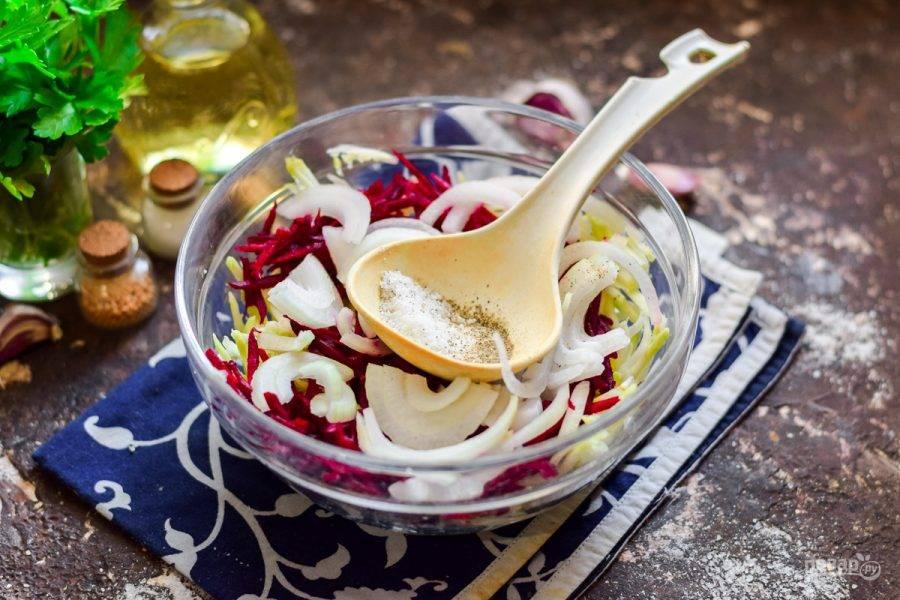 Добавьте в овощи соль, сахар. Влейте масло и уксус. Оставьте овощи на час.