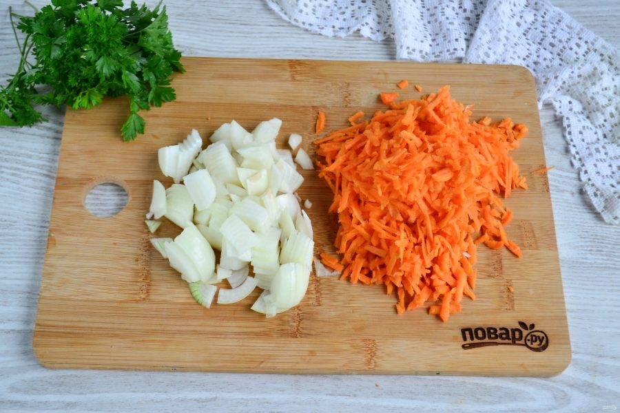 Лук нарежьте полукольцами или четвертькольцами, морковь натрите на крупной терке.