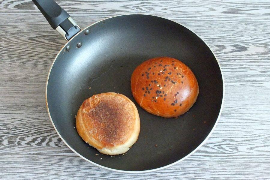 Сковороду смажьте растительным маслом, разогрейте. Подсушите разрезанную часть булочек.