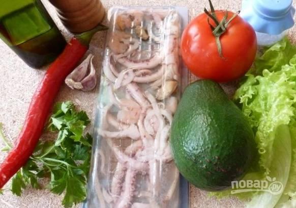 1. Подготовим ингредиенты. Все овощи помоем и обсушим, а морепродукты опустим примерно на 5 минут в подсоленный кипяток и откинем на дуршлаг.