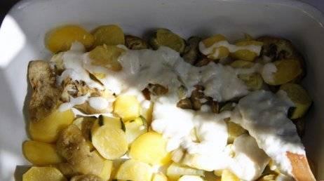 В форму для запекания выложить слой овощей, смазать соусом бешамель.