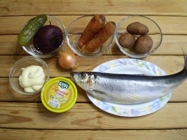 Подготовьте овощи и селедочку для салата. Отварите заранее овощи, остудите.