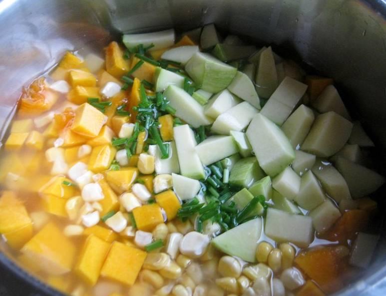Кабачок и тыкву порежьте средними кусочками, початок кукурузы почистите, подготовьте зерна кукурузы. В кастрюле поставьте вариться кабачок, тыкву, кукурузу, добавьте лук (зеленый измельченный).