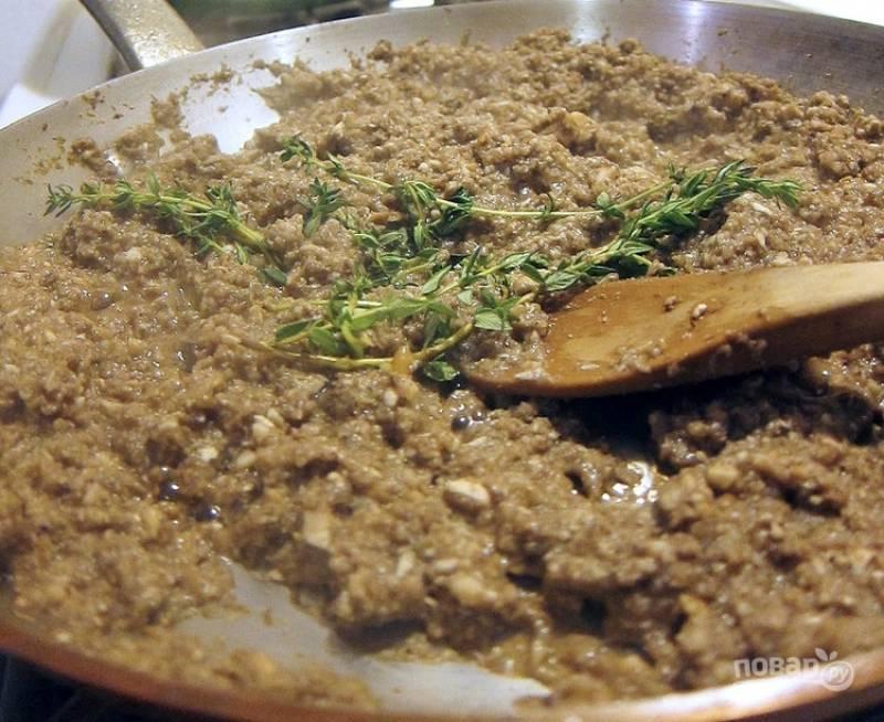 3.Когда грибы уже почти готовы, добавьте веточки тимьяна, соль и перец по вкусу.