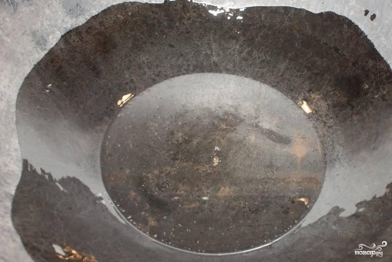 В сковороду или казан наливаем несколько столовых ложек растительного масла и хорошенько его нагреваем.