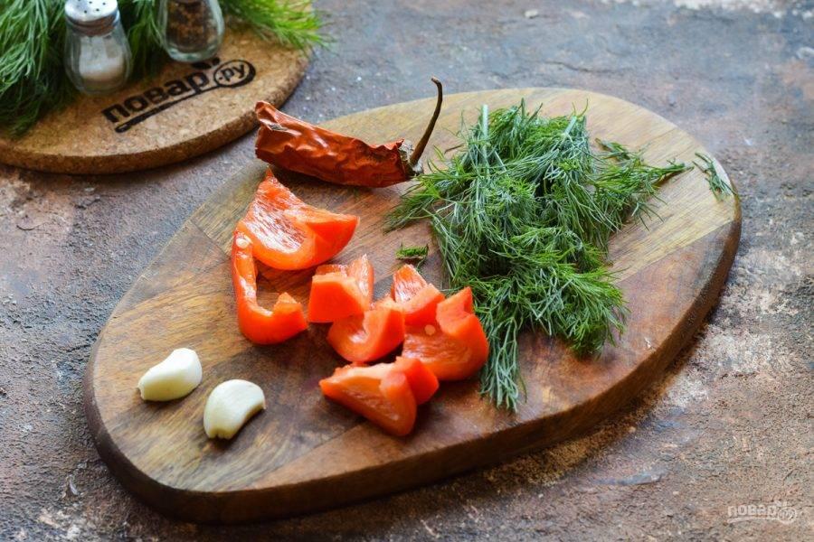 Очистите перец, нарежьте произвольно. Подготовьте зелень, чеснок, чили.