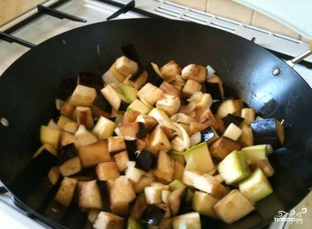 8.Разогреваем сковороду на сильном огне и быстро обжариваем баклажаны, лук и кабачки на оливковом масле. Солим, перчим.