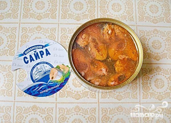 4. Минут через пять открываем рыбные консервы, измельчаем рыбу прямо в банке и все содержимое добавляем в суп.