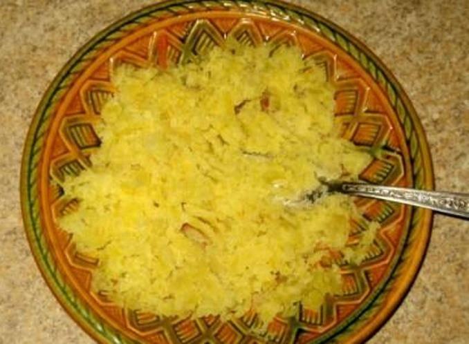 Целую картофелину из кастрюли разомните вилкой.