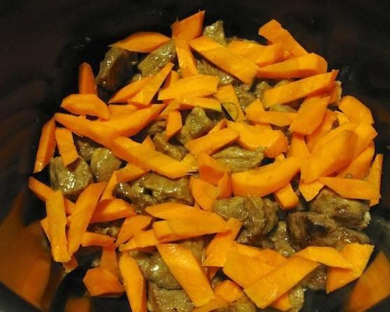 Добавляем порезанную брусочками морковь, мелко нарезанный лук.