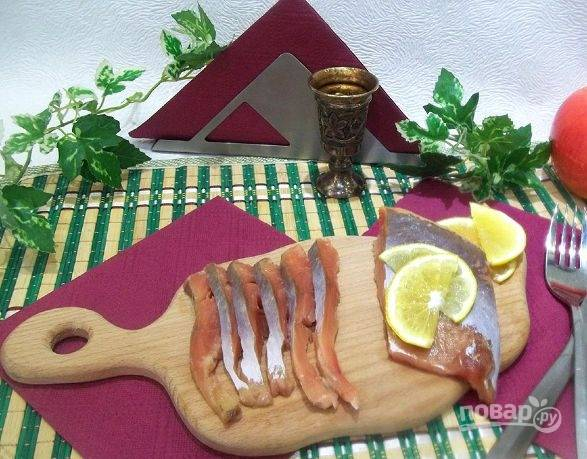 Оставьте солиться рыбу на 3 часа. Промойте филе — и можете подавать его к столу, нарезав кусочками. Приятного аппетита!