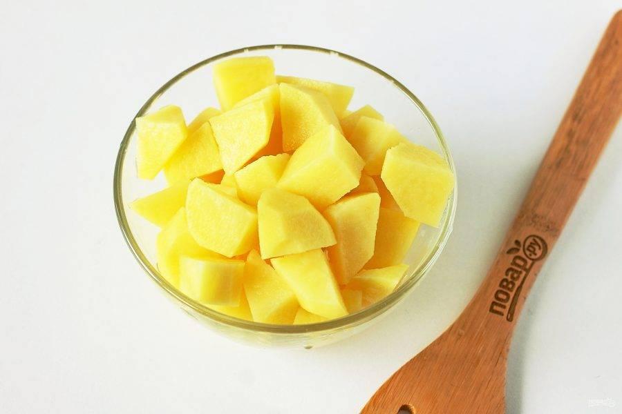 Тем временем нарежьте картофель кубиками.