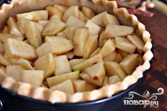 7. Выложить яблочную смесь поверх теста.