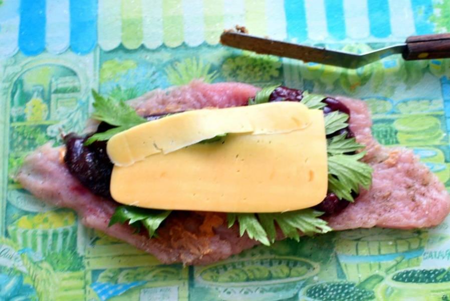 Филе посолите и поперчите по вкусу, приправьте мускатным орехом. Смажьте тонким слоем арахисовой пасты. Сверху выложите ломтик печени, на него – листья сельдерея и ломтик  сыра.