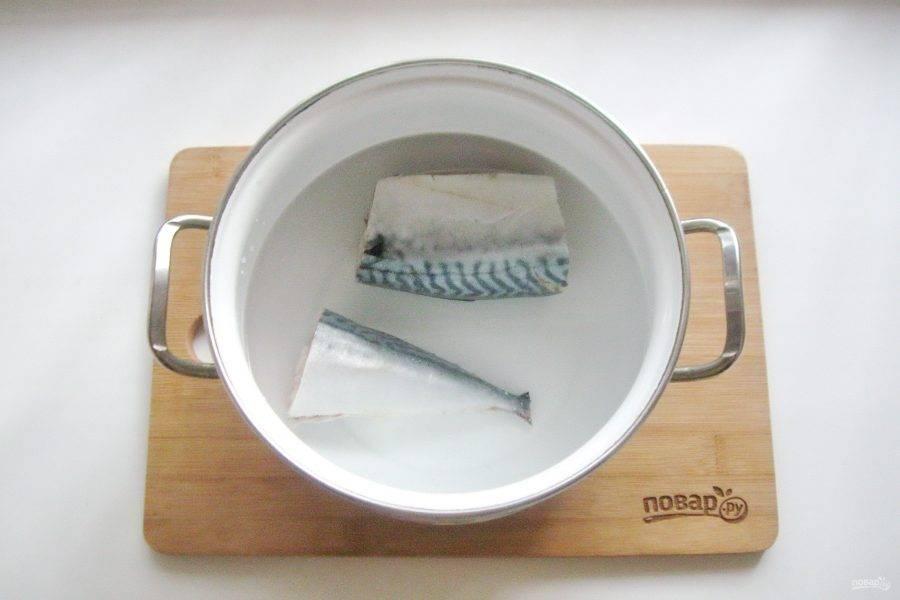 Разрежьте рыбу на две или три части и выложите в кастрюлю. Залейте водой.