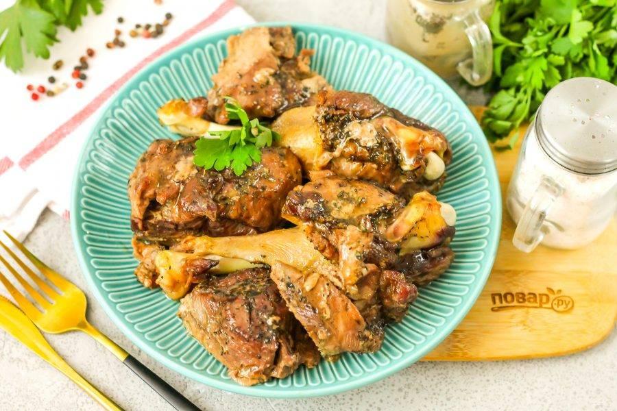 Выложите мягкую утку из формы на тарелку и подайте ее к столу горячей.