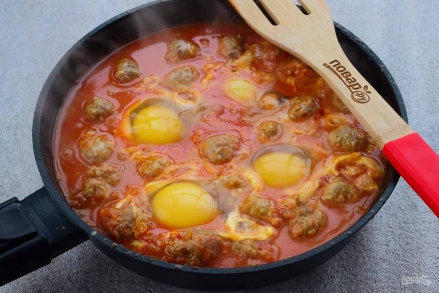 Вбейте в соус четыре яйца, готовьте 5 минут.