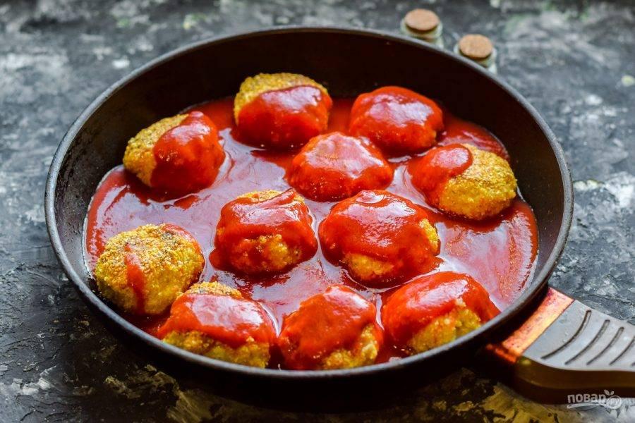 Добавьте в сковороду томат, прикройте все крышкой и тушите 25 минут.