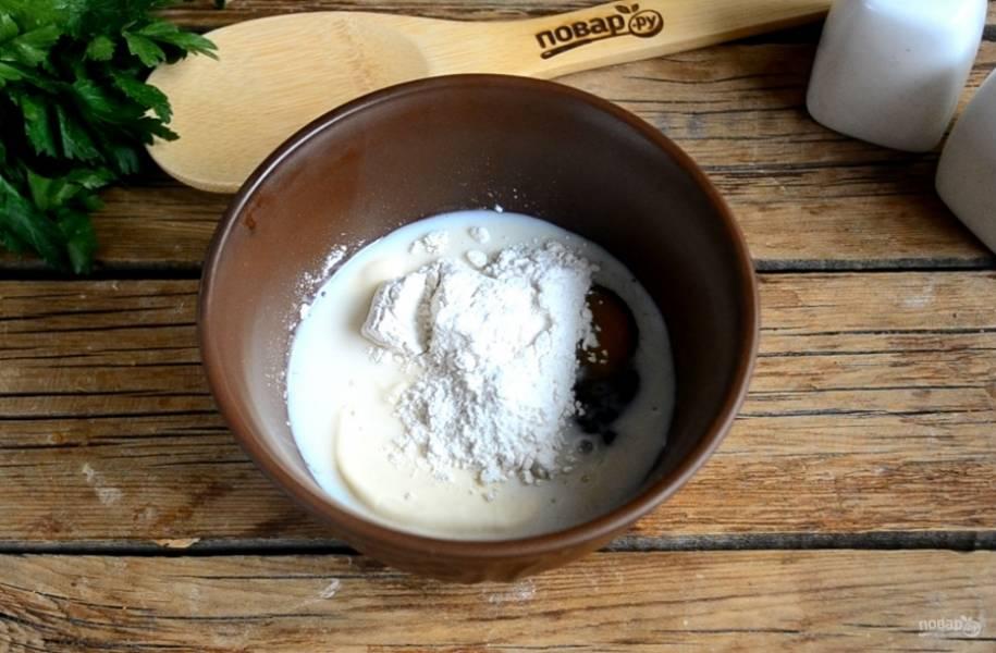 Для кляра смешайте яйцо, молоко, майонез и муку. Хорошо все перемешайте до получения однородной консистенции.