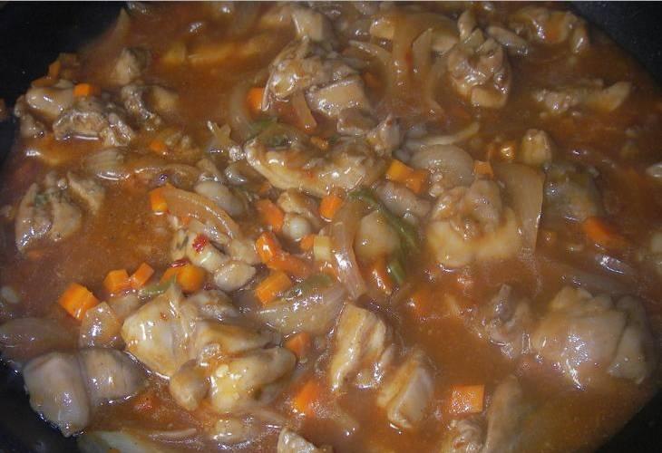 3. Когда курица и овощи зарумянились, вливаем сок с разведенным в нем крахмалом. Специи - по вкусу. Тушим пять минут на маленьком огне.