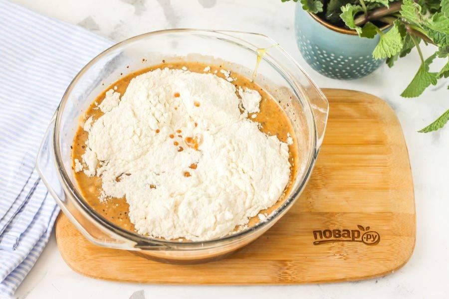 Всыпьте просеянную пшеничную муку высшего сорта и замесите тесто.