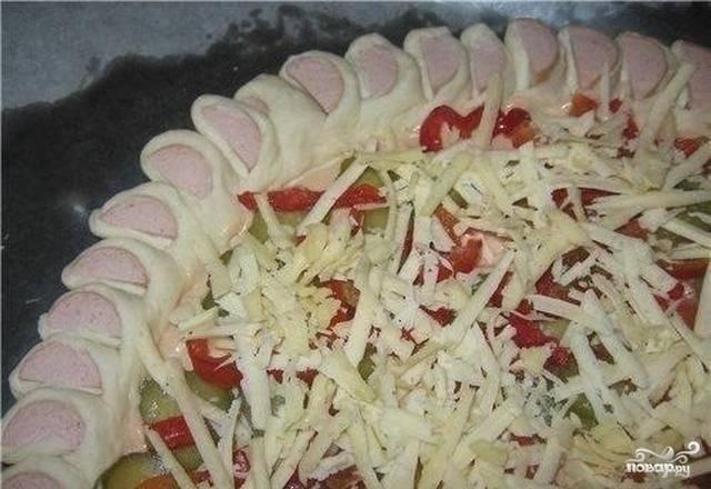 5.В центре заготовки для пиццы разложите начинку на ваш выбор. У мены соленые огурцы и красный сладкий перец. Присыпьте поверх тертым сыром.