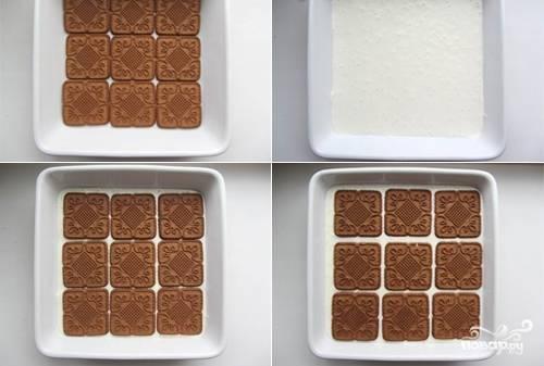 Подготовьте формы для торта. На дно уложите печенье. Залейте 1/3 крема, сверху — опять слой печенья. В итоге выкладывайте по очереди 3 слоя печенья и 3 слоя творожного крема.