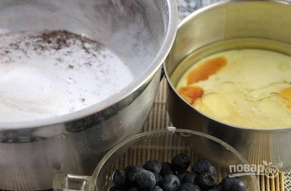 1. В глубокую мисочку просейте муку с разрыхлителем и солью, добавьте сахар и перемешайте. Отдельно взбейте яйцо с ванильным экстрактом, маслом и молоком. Ягоды вымойте и обсушите.