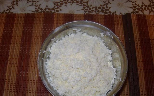 1. Кипятим молоко, и варим в нем манку, пока не загустеет. Творог разминаем вилкой или протираем в блендере.