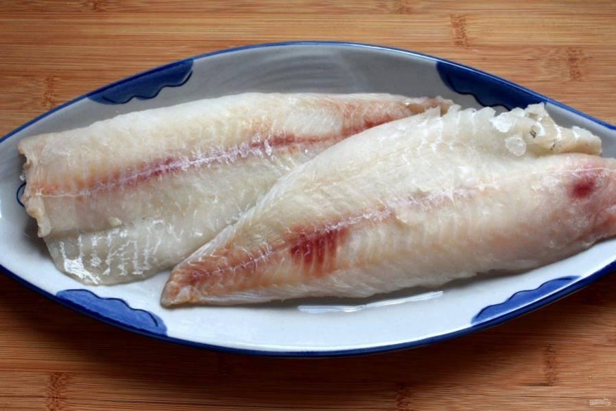 Разделайте рыбу на чистое филе или разморозьте готовое.