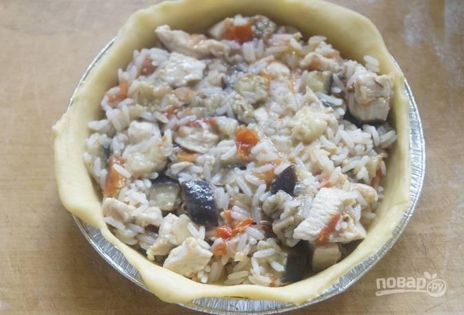 Обомните тесто, разделите его на небольшие части, каждую раскатайте толщиной 3 мм и выложите в форму так, чтобы свисали края. Внутри разложите начинку.