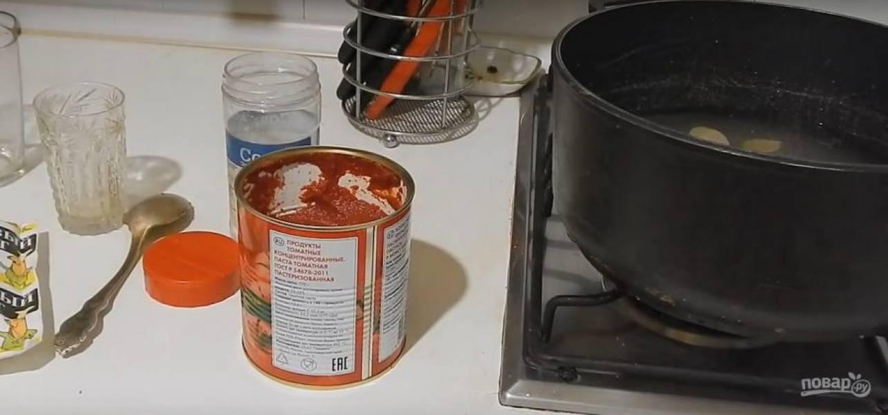 Теперь нужно сварить маринад. В литр воды добавьте томатную пасту, растительное масло, соль, сахар, уксус, лавровый лист и перец горошком. Доведите до кипения.