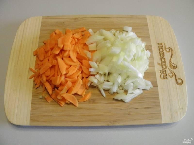 Очищенные овощи порежьте не слишком крупно. Две луковицы я заменила одной очень большой.