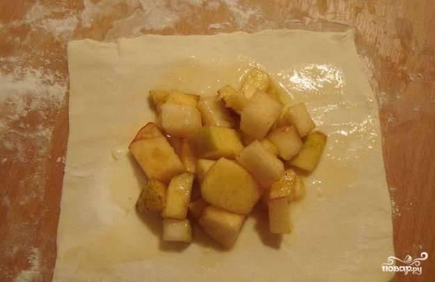 Каждый прямоугольник смажьте яйцом, сверху выложите фрукты. Сок оставьте в миске.