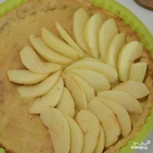 9. Выкладывайте дольки яблок кругом.