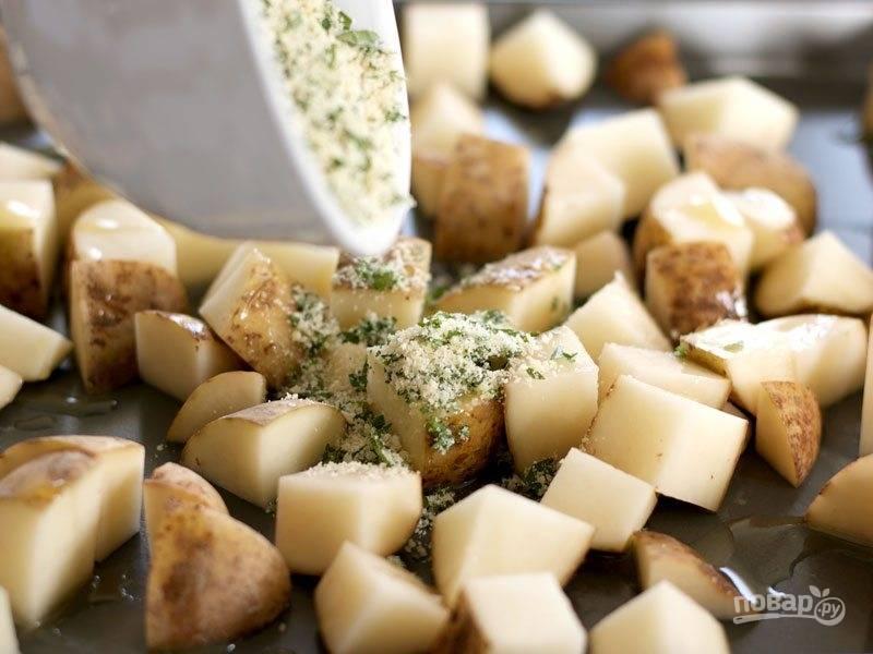 Полейте картошку растительным маслом, всыпьте сыр и специи.