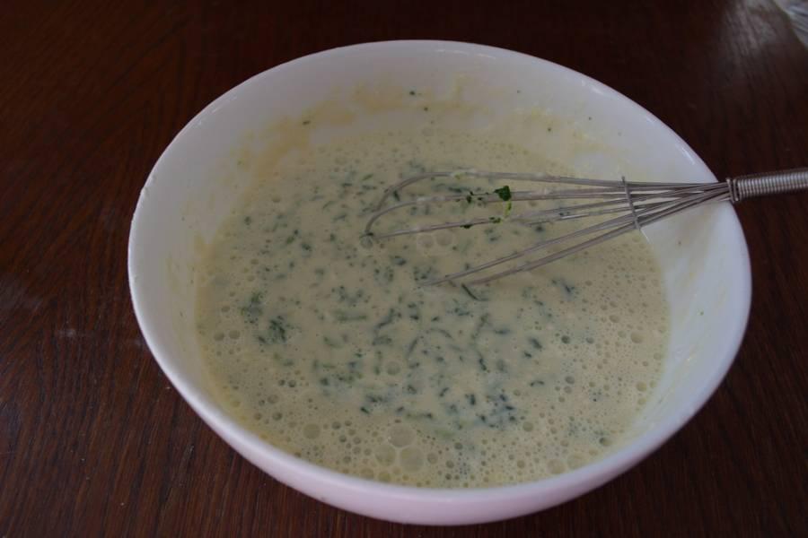 Далее я буду использовать замороженный шпинат. Он продается формованный на небольшие брикетики. Этот шпинат уже был подроблен. Поэтому я просто его размораживаю и добавляю в тесто. Если шпинат свежий, его надо вымыть, порезать. Проварить 2-3 минуты в кипятке. Откинуть на сито. Шпинат добавить в тесто. Для достижения однородности теста и шпината после смешивания можно переместить тесто в блендер и взбить.