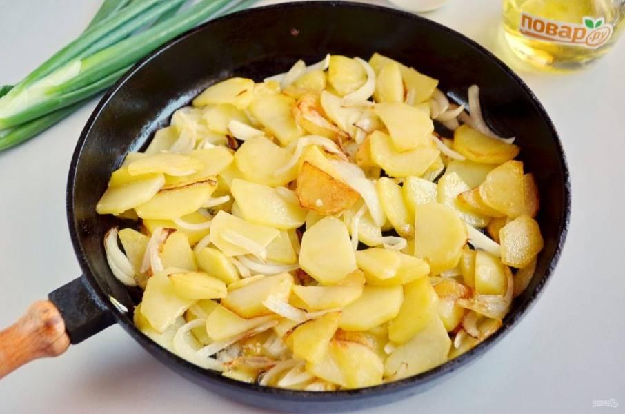 Когда картофель будет почти готов, добавьте лук, соль. Жарьте до готовности.