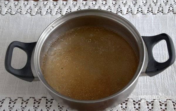 Приготовьте маринад. Доведите до кипения воду с приправой, солью и сахаром.