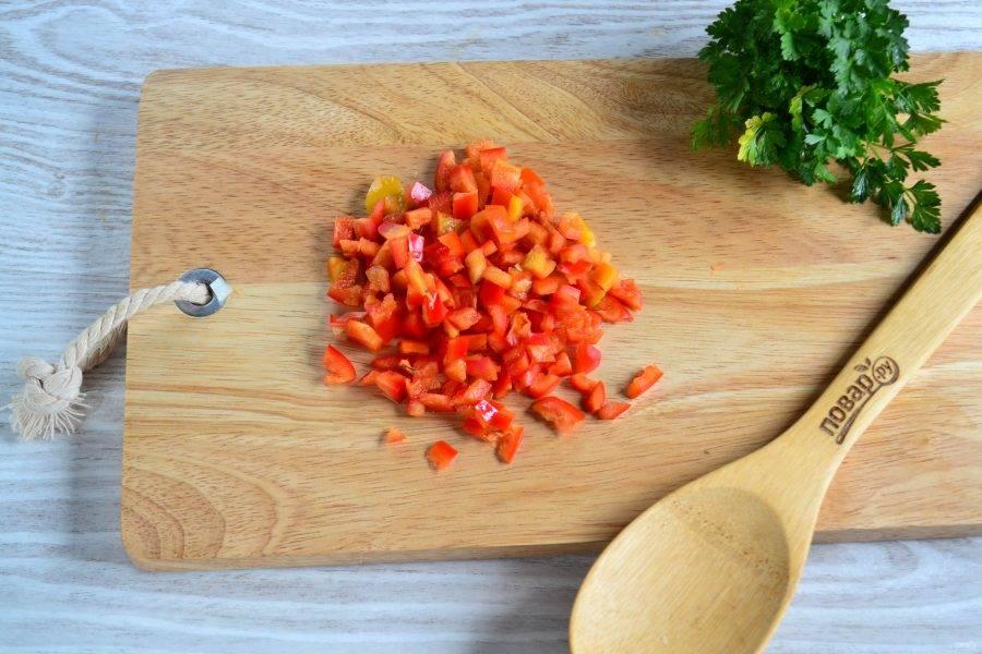 Сладкий перец очистите от плодоножки и семян и мелко нарежьте.
