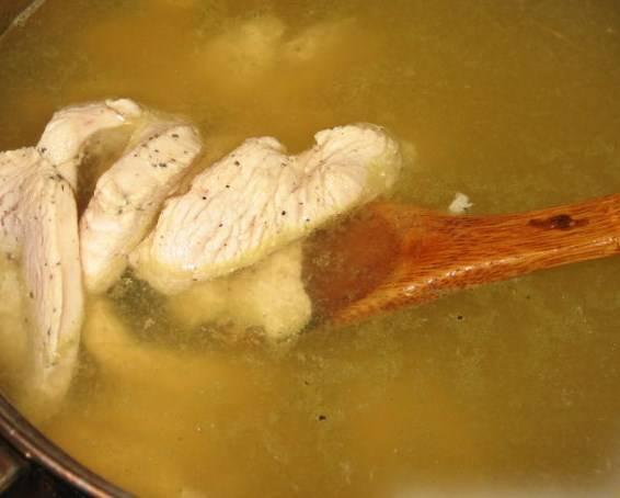 В кипящий бульон добавьте курицу, доведите снова до кипения.