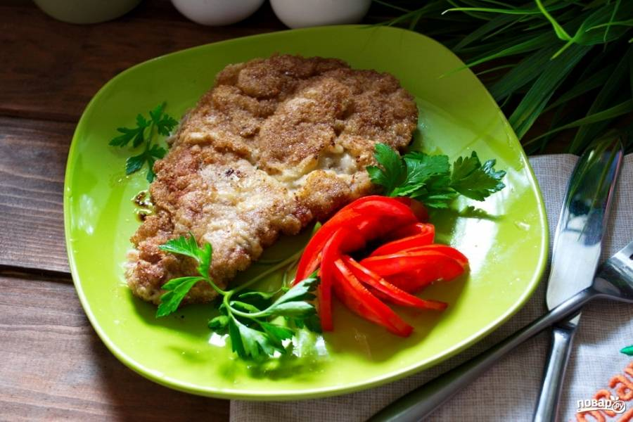 Подайте шницель к столу, прибавив нарезанные овощи или гарнир на ваш вкус.