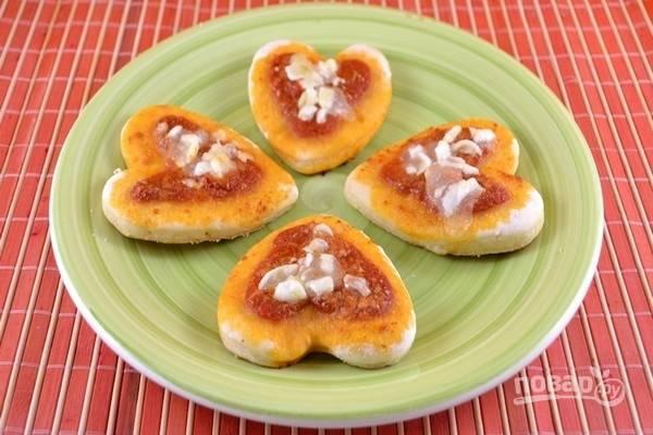 9.Мини-пиццы в форме сердца готовы, подавайте их сразу же и приятного аппетита!